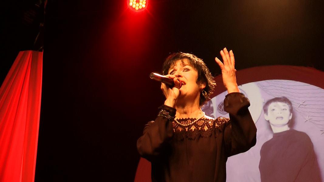 "Martine chante ""Bref"" de Barbara"