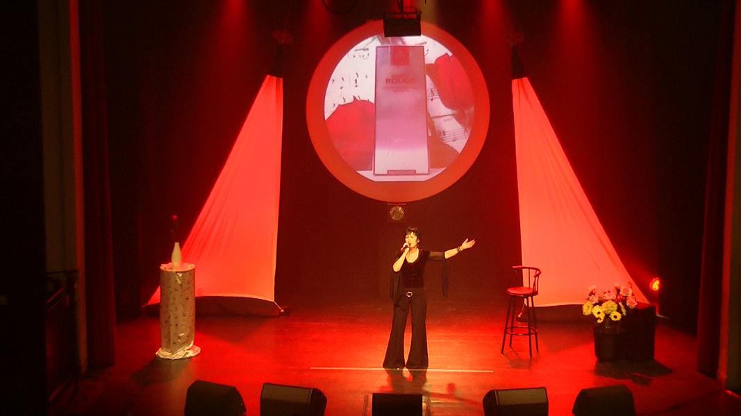 "Martine chante ""L'homme en habit rouge"" de Barbara"