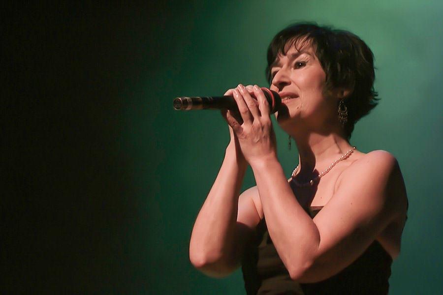 Martine chante un medley d'Edith Piaf